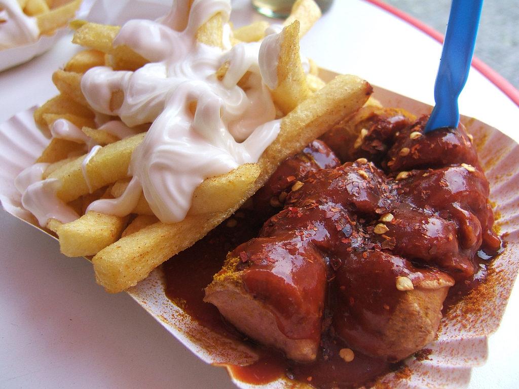 Currywurst com batata frita