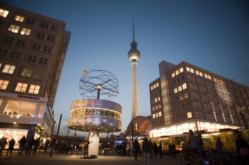 Alexanderplatz, com o Relógio Mundial a frente e a Torre de Televisão de Berlim ao fundo