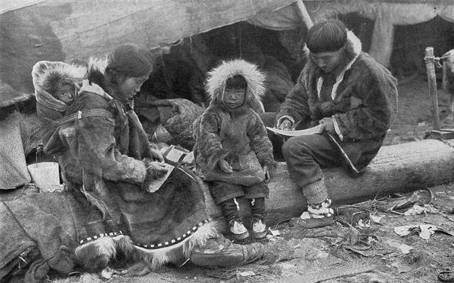 Os Inuits de Point Barrow, no local mais ao norte do Alasca, acreditava que a aurora era maligna e carregavam facas para se protegerem dela.