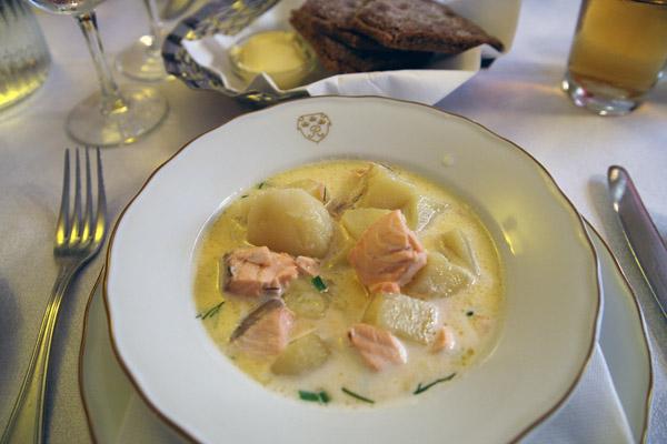 Lohikeitto, sopa de salmão com batatas, cenoura, cebola e creme ou leite integral