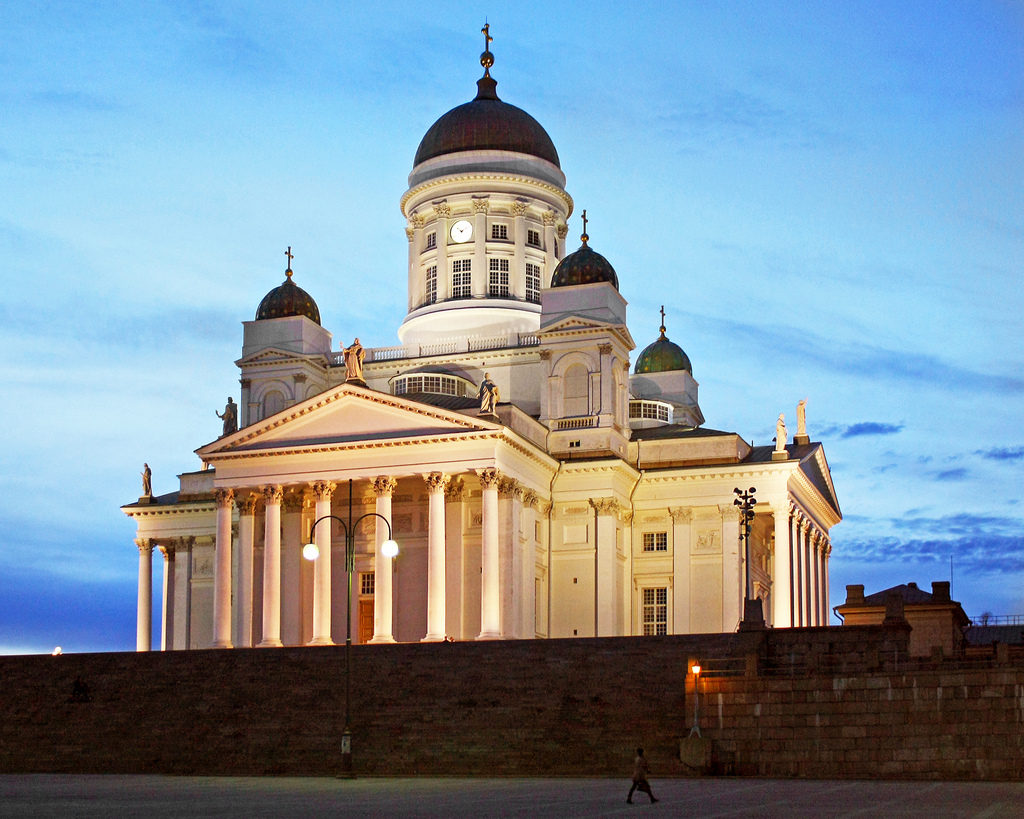 Catedral de Helsinque em noite branca (dias em que as noites não escurecem)