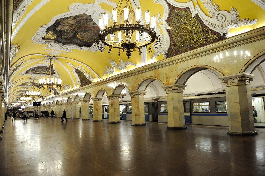 Estação Komsomolskaya, o teto dessa estação poderia pertencer a um salão de qualquer palácio