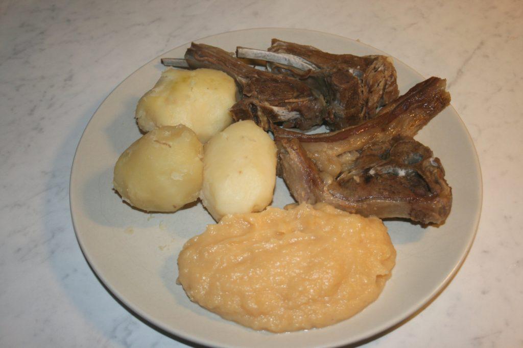 Pinnekjøtt, um prato de cordeiro típico do período natalino