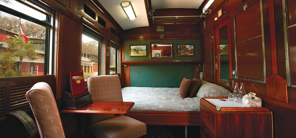 Cabine Leopardo, com ar-condicionado ajustável, banheiro e chuveiro privativo, além de uma pequena aérea sentar